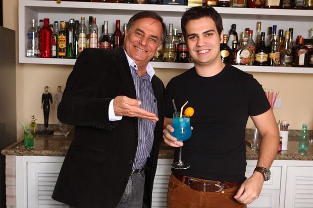 """""""Ronnie Von e filho fazem drinques"""" - EGO (Foto: Iwi Onodera / EGO)"""
