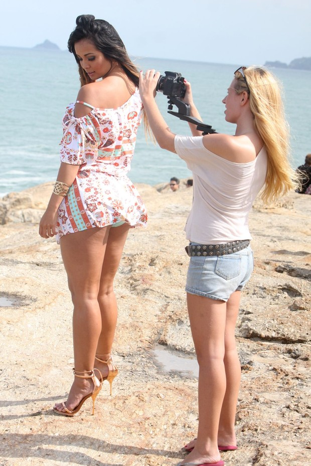 Carol Nakamura posa para ensaio na praia (Foto: Gil Rodrigues / Foto Rio News)