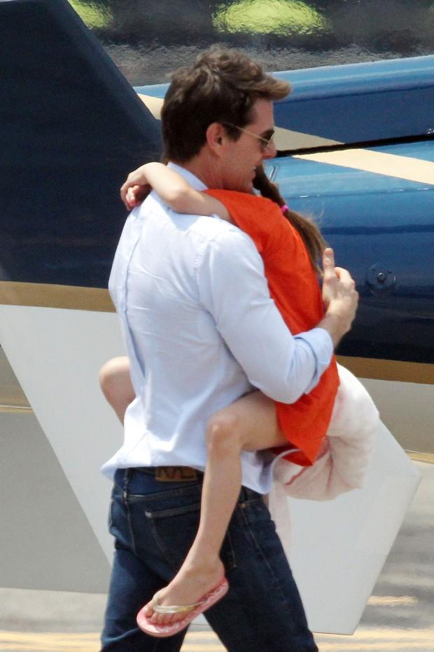 Tom Cruise e Suri entrando em helicóptero em NY (Foto: Honopix / FramePhoto)