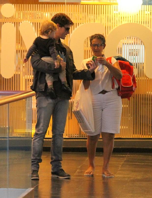 Jonatas Faro passeia com o filho em shopping do Rio (Foto: Daniel Delmiro / AgNews)