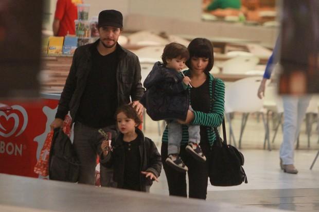 Daniel Oliveira e Vanessa Giácomo passeiam com os filhos no shopping (Foto: Delson Silva / Ag News)