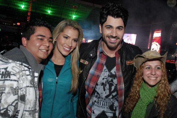 Ex-BBBs Adriana e Rodrigão com fãs em rodeio em São José do Rio Preto, São Paulo (Foto: Marcos Madi/ Divulgação)