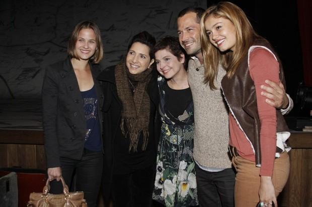Drica Moares com os amigos famosos no teatro (Foto: Phillippe Lima/Ag News)