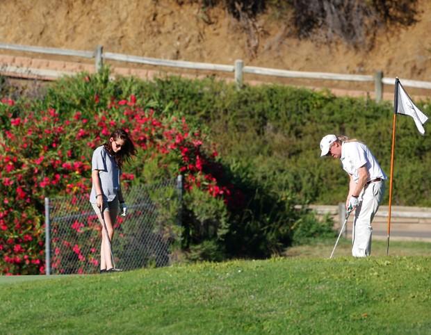Kristen Stewart joga golfe com o pai - X17 (Foto: X17)