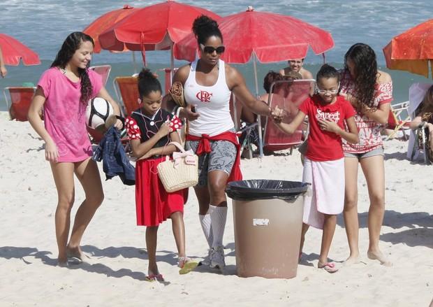 Adriana Bombom na praia do Pepê com as filhas (Foto: Yuri Canaverde / AgNews)