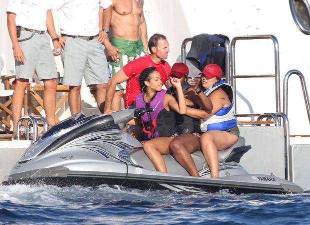 Rihanna curte as férias num iate em Saint Tropez (Foto: Honopix / Frame)