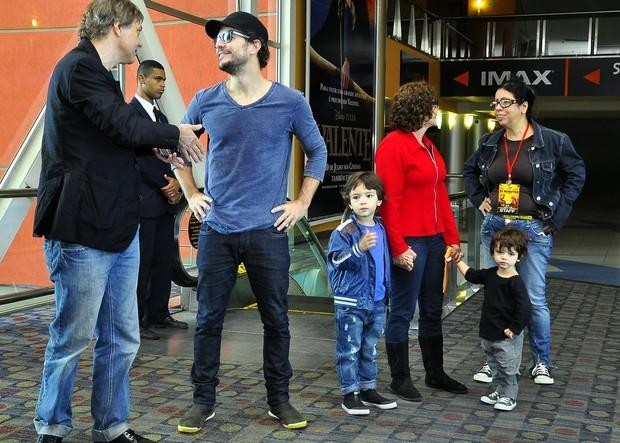 Daniel Oliveira e os filhos na pré-estreia de '31 Minutos, O Filme' (Foto: Roberto Teixeira / EGO)