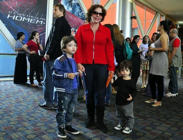 Mãe de Daniel Oliveira com os netos na pré-estreia de '31 Minutos, O Filme' (Foto: Roberto Teixeira / EGO)