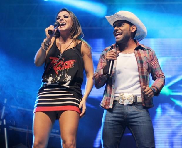 Alinne Rosa com o cantor Pablo em show em Salvador, na Bahia (Foto: Leogump Carvalho/ Divulgação)