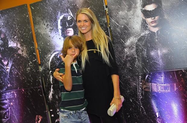 Susana Werner e o filho na pré-estreia de 'Batman: O Cavaleiro das Trevas Ressurge' (Foto: Roberto Teixeira / EGO)