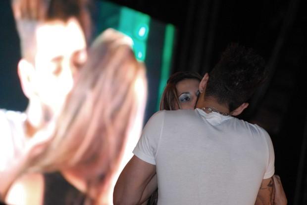 Gusttavo Lima beija fã durante show em São José do Rio Preto, interior de São Paulo (Foto: Marcos Madi/ Divulgação)