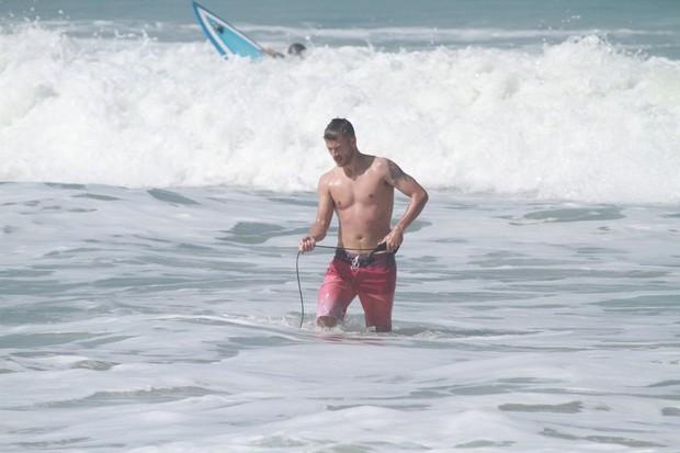 Rodrigo Hilbert surfa na prainha (Foto: Delson Silva / AgNews)