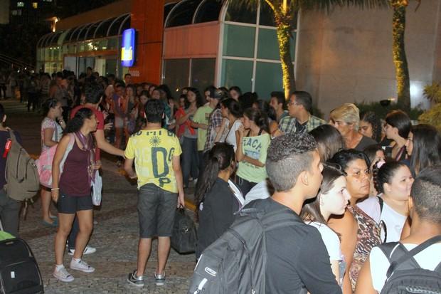 Fãs se aglomeram na frente de hotel no Rio para ver Dulce Maria, ex-integrante do RBD (Foto: Marcello Sá Barretto/ Foto Rio News)