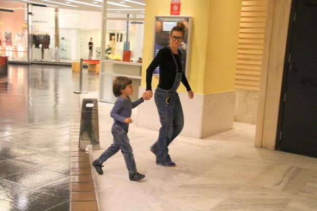 Carolina Dieckmann com o filho José em shopping no Rio (Foto: Daniel Delmiro/ Ag. News)