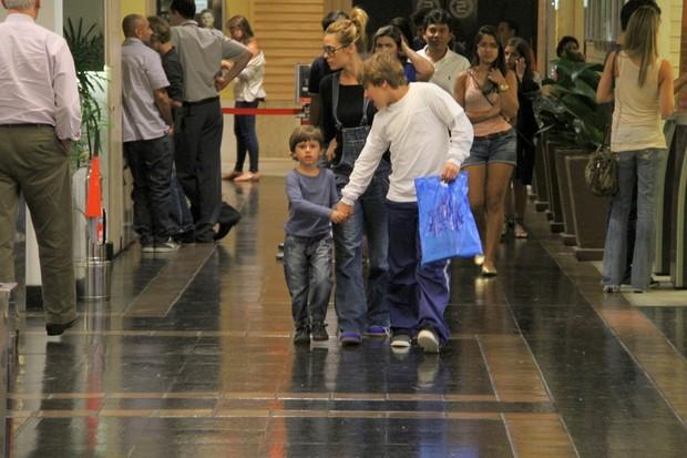 Carolina Dieckmann com os filhos José e Davi em shopping no Rio (Foto: Daniel Delmiro/ Ag. News)