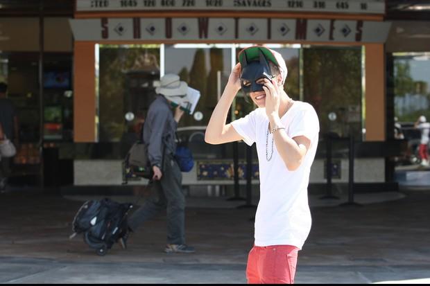 Justin Bieber vai ao cinema com a namorada Selena Gomez em Los Angeles, nos EUA (Foto: Grosby Group/ Agência)
