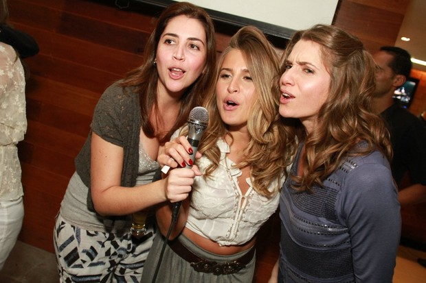 Letícia Spiller solta a voz em festa com o elenco de 'Malhação' em restaurante no Rio (Foto: Marco Macedo/ Divulgação)