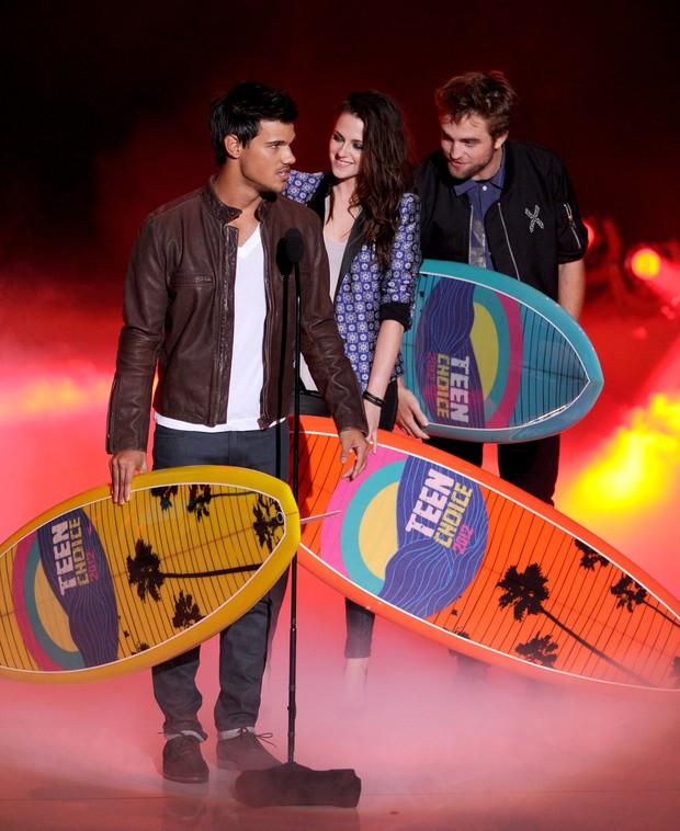 Kristen Stewart e Robert Pattinson no Teen Choice Awards (Foto: Agência/AFP)