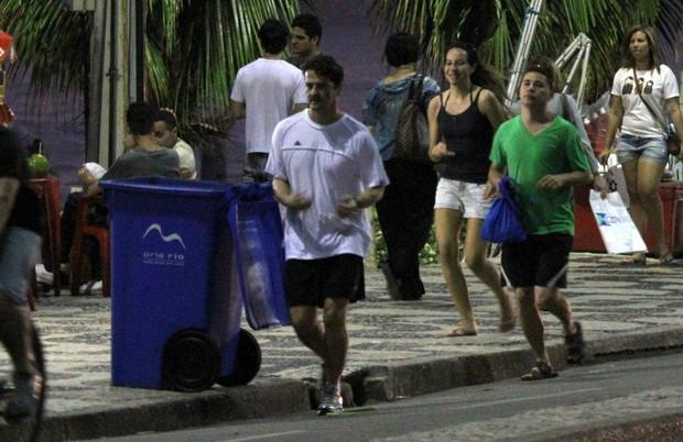 Marcelo Serrado corre com a noiva na ciclovia de Ipanema (Foto: André Freitas/ Ag. News)