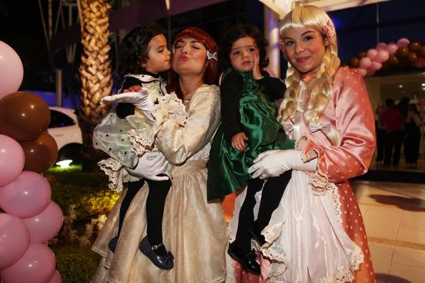 As filhas de Luciano , Isabela e Helena, no aniversário de Maria Eduarda, filha de Luciele e do jogador Denilson (Foto: Iwi Onodera/ EGO)