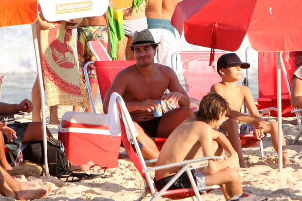 Thiago Martins na praia do Leblon (Foto: Gil Rodrigues /  FotoRioNews)