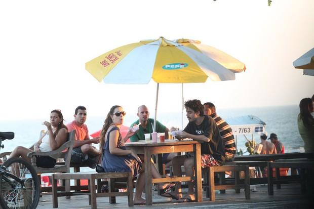 Fabíula Nascimento e namorado na praia da Barra da Tijuca, Rio de Janeiro (Foto: Fabio Martins / AgNews)