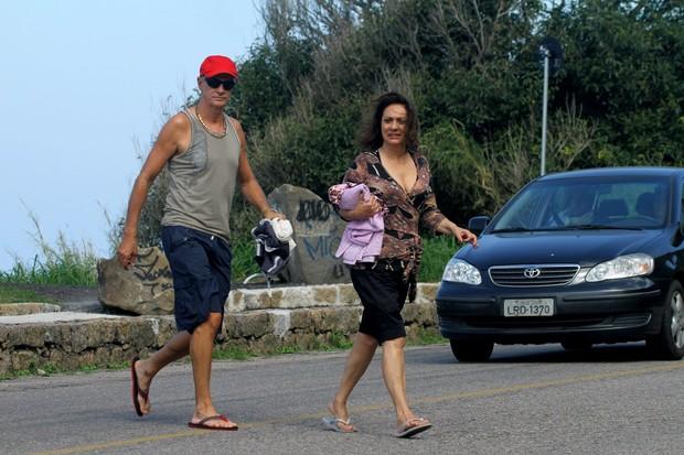 Elenco de 'Avenida Brasil' gravando em praia do Rio de Janeiro (Foto: Marcello Sá Barretto / Foto Rio News)