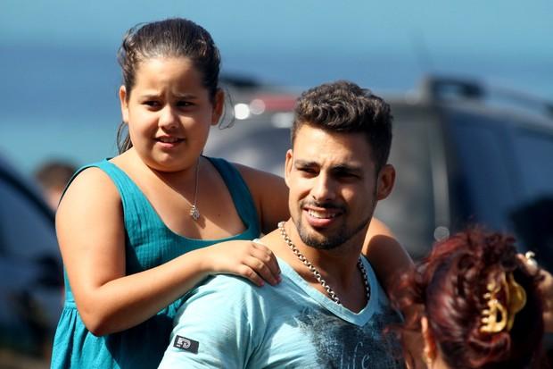 Ana Karolina Lannes e Cauã Reymond gravando em praia do Rio de Janeiro (Foto: Marcello Sá Barretto / Foto Rio News)
