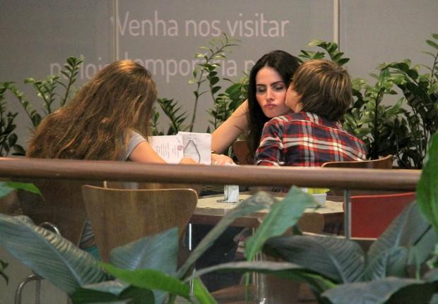 Lizandra Souto ganha beijinho do filho Yago (Foto: Ag News/ Daniel Delmiro)