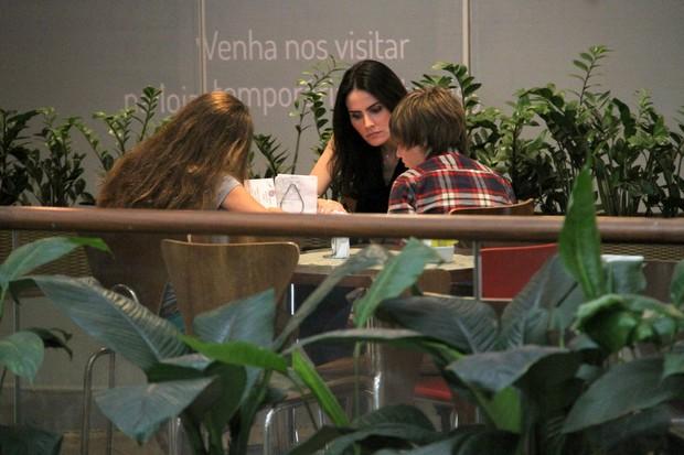 Lizandra com os filhos Yasmin e Yago (Foto: Ag News/ Daniel Delmiro)