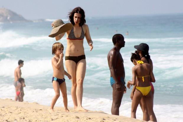 Fernanda Torres na praia no Rio (Foto: J. Humberto/AgNews)
