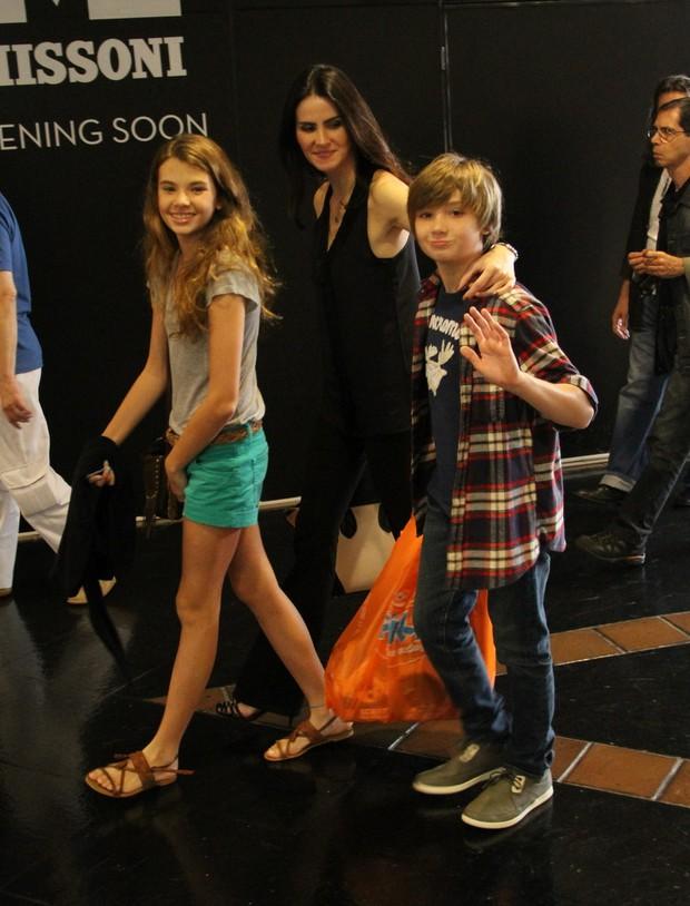 Lizandra com os filhos Yasmin e Tago (Foto: Ag News/ Daniel Delmiro)