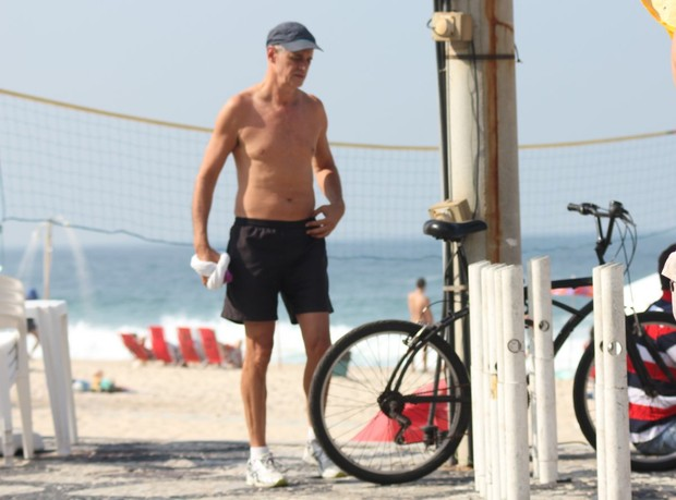 Marcos Caruso na praia no Rio (Foto: AgNews)