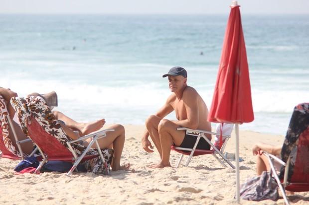 Marcos Caruso na praia no Rio (Foto: Fausto Candelária/AgNews)