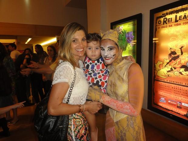 Flávia levou a pequena Olívia para ver a irmã Giulia em cena (Foto: Ag News/ Daniel Delmiro)