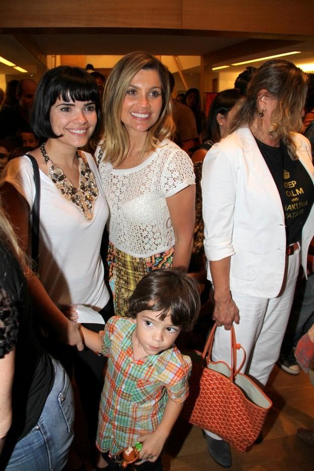 Vanessa levou o filho Raul para ver o musical 'O Rei Leão' (Foto: Ag News/ Daniel Delmiro)