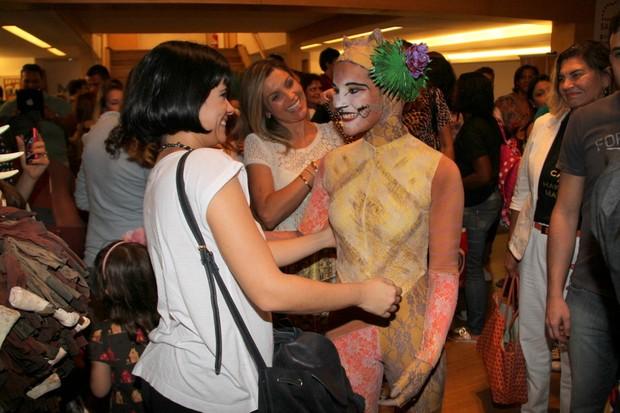 Vanessa cumprimenta Giulia (Foto: Ag News/ Daniel Delmiro)