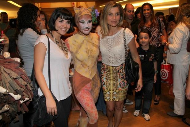 Vanessa Giácomo prestigia Giulia, filha de Flávia Alessandra, no teatro (Foto: Ag News/ Daniel Delmiro)