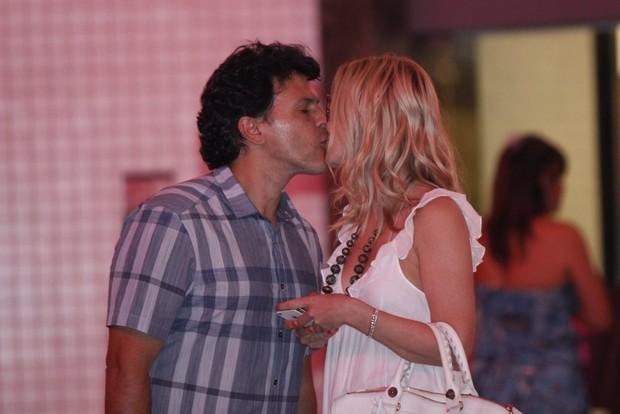 Eliana beijou o mardio João Marcelo Bôscolli após compras no Rio (Foto: Marcos Ferreira/Photorionews)