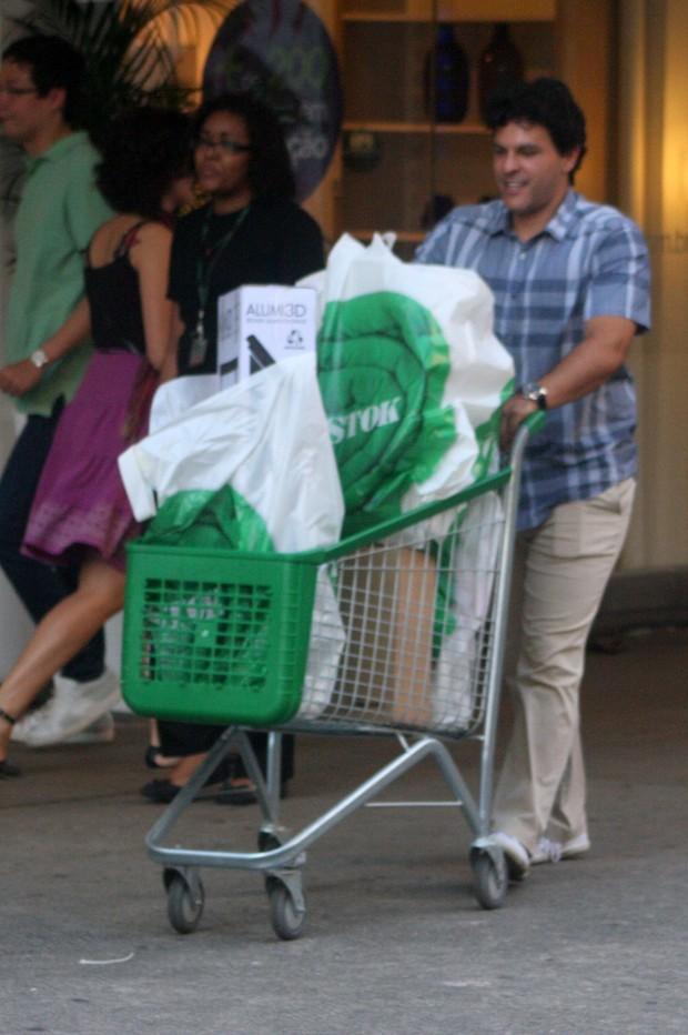 João Marcelo Bôscoli com o carrinho carregado (Foto: Photo Rio News/ Edson Teófilo)