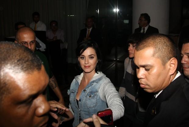 Katy Perry atende fãs na porta do hotel, no Rio de Janeiro (Foto: Manuela Scarpa/Foto Rio News)