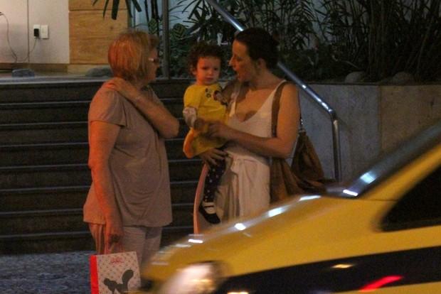 Paula Braun, mulher de Mateus Solano, passeia com a filha no Leblon (Foto: Rodrigo dos Anjos / AgNews)