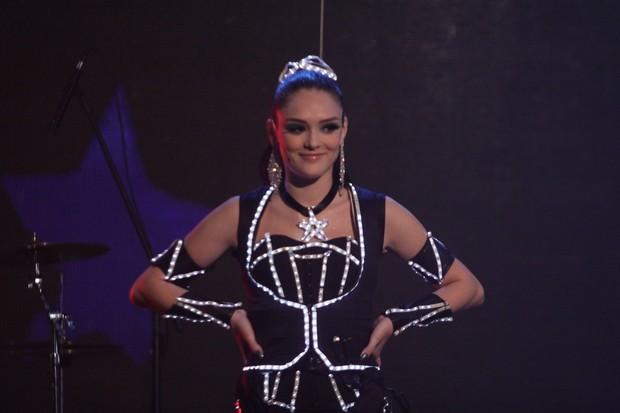 Isabelle Drummond em gravação de 'Cheias de Charme' (Foto: Alex Palarea / AgNews)