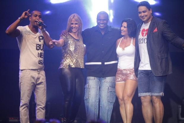 Renatinho da Bahia, Carla Perez, Jacaré, Scheila Carvalho e Xanddy em show no Rio (Foto: Fred Pontes/ Divulgação)