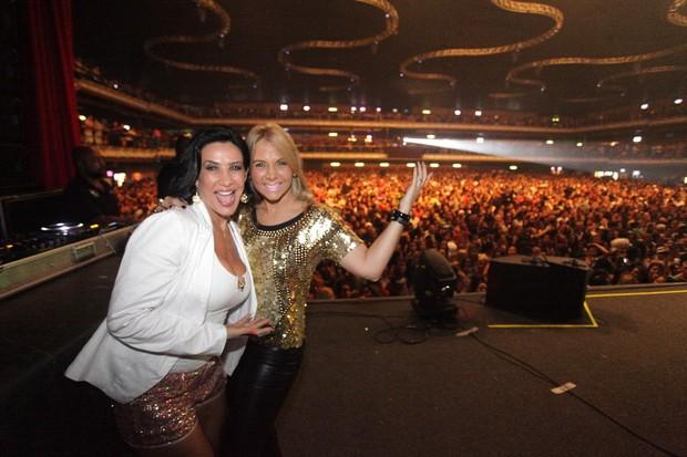 Scheila Carvalho e Carla Perez em show do Harmonia do Samba no Rio (Foto: Fred Pontes/ Divulgação)