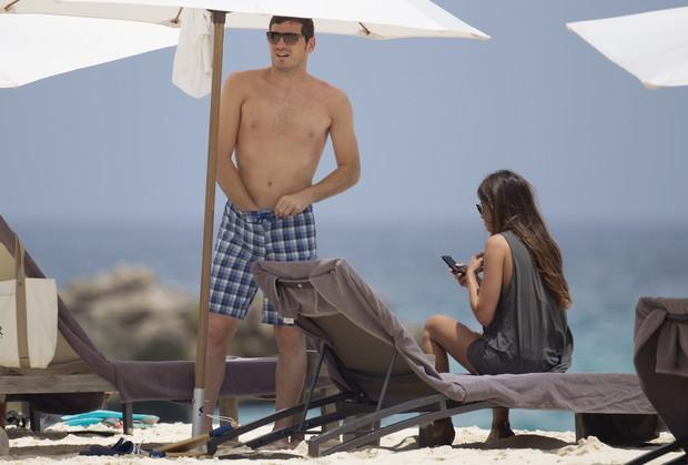 O goleiro Iker Casillas com a namorada, a jornalista Sara Carbonero, durante férias no Caribe (Foto: Grosby Group/ Agência)