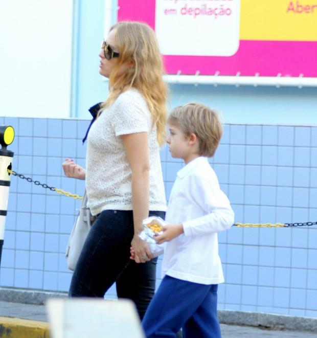 Angélica e filho Joaquim passeiam na Barra da Tijuca, Rio de Janeiro (Foto: Marcos Pavão / Agnews)