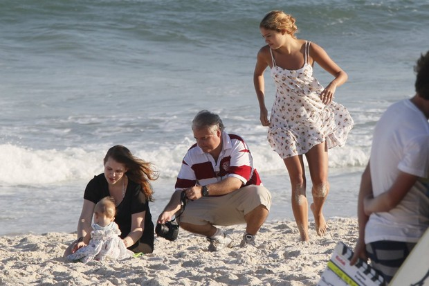 Carolinie Figueiredo com a filha na praia e Sophie Charlotte (Foto: Yuri Canaverde / AgNews)
