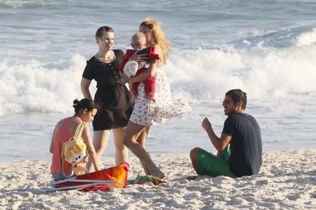 Sophie Charlotte e Carolinie Figueiredo na praia da Barra da Tijuca, Rio de Janeiro (Foto: AgNews/Yuri Canaverde)