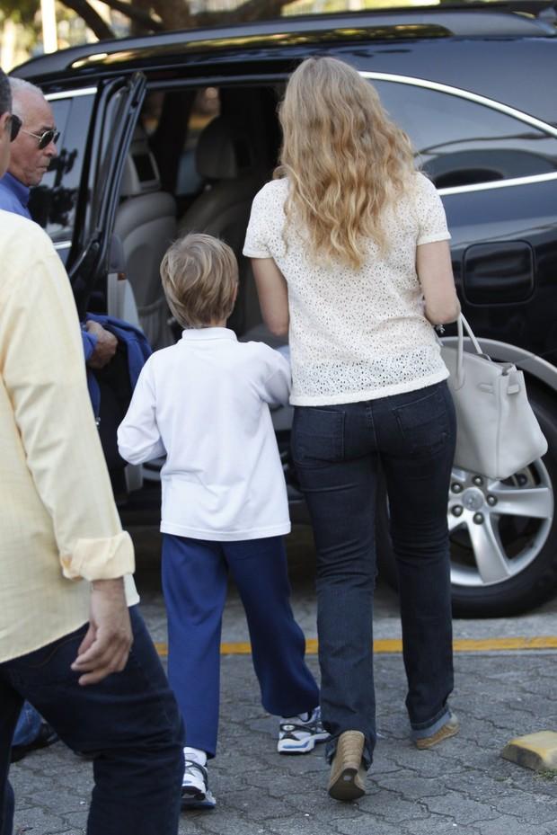 Angélica e filho Joaquim passeiam na Barra da Tijuca, Rio de Janeiro (Foto: Marcos Ferreira / fotoRioNews)